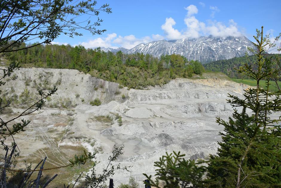 60.000 t Baumaterial pro Jahr sollen im ehem. Steinbruch lagern. Ursprünglich wären darunter asbesthaltige Zementfaserplatten gewesen.