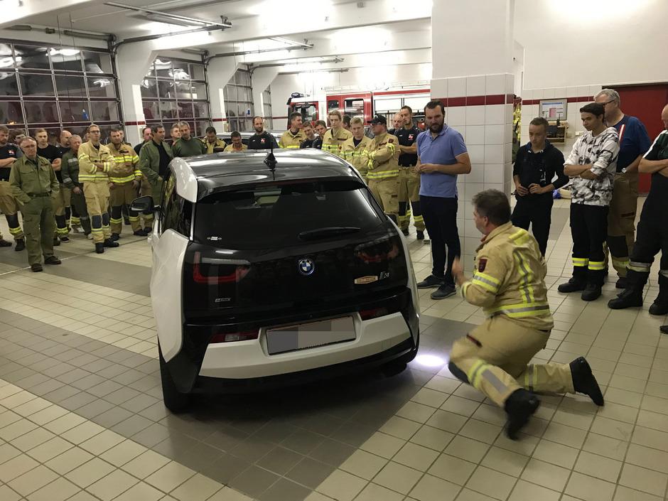 Sowohl theoretisch als auch praktisch übten die Feuerwehrmänner den E-Auto-Ernstfall.