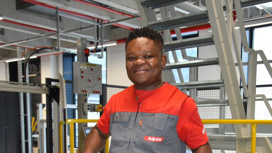 Njakas Obuspol (26) stellt bei Adler Lacke Kundenbestellungen zur Lieferung bereit.