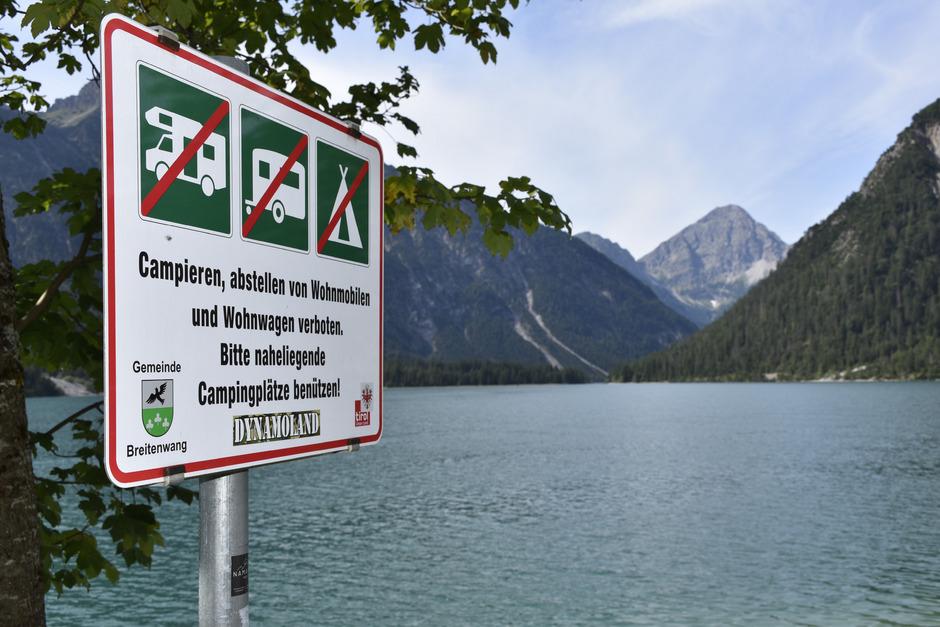 Es gibt kaum eine Ausweiche am Plansee, an der nicht auf das Verbot des wilden Campierens aufmerksam gemacht wird.