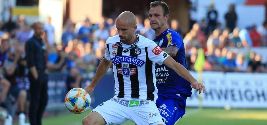 Seltener Schnappschuss: Sturm-Profi Fabian Koch (rechts Hartberg-Stürmer Rajko Rep) brachte es diese Saison erst auf acht Einsatzminuten.
