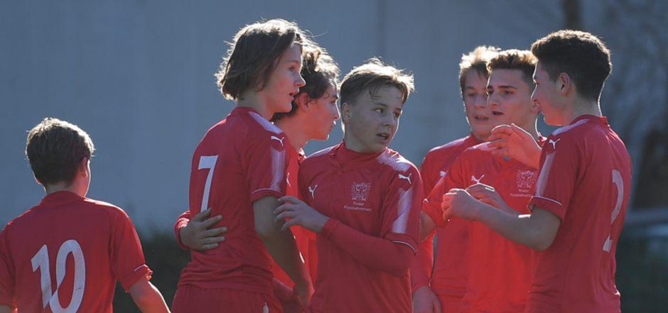 Die U16 jubelte mit Torschütze Scharmer (Nr. 7).