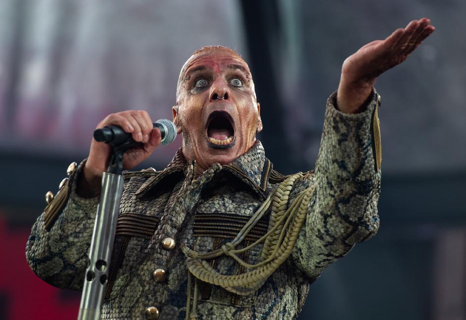"""Vom Stechschritt bis zum rollenden R: """"Rammstein""""-Frontmann Till Lindemann spielt gekonnt mit dem Klischee des Bösewichts."""