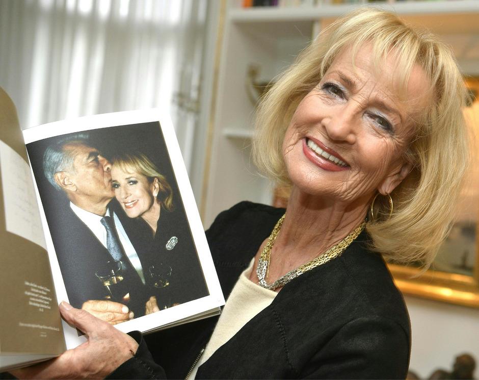 Dagmar Koller zeigt ein Foto von sich mit ihrem 2008 verstorbenen Ehemann Helmut Zilk.