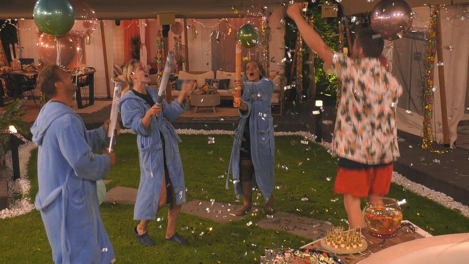 Die vier Finalisten dürfen die letzte Nacht im Luxus verbringen und feiern eine Party.