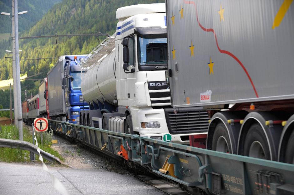 Die Gesellschaft Ökombi nahm seit den 80ern Lkw auf der Schiene huckepack. 2005 übernahmen die ÖBB das Geschäft.