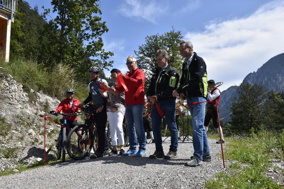 Freitagmittag wurde der Panoramaweg Plansee offiziell von BM Hanspeter Wagner (M., rote Jacke) und Co. eröffnet.