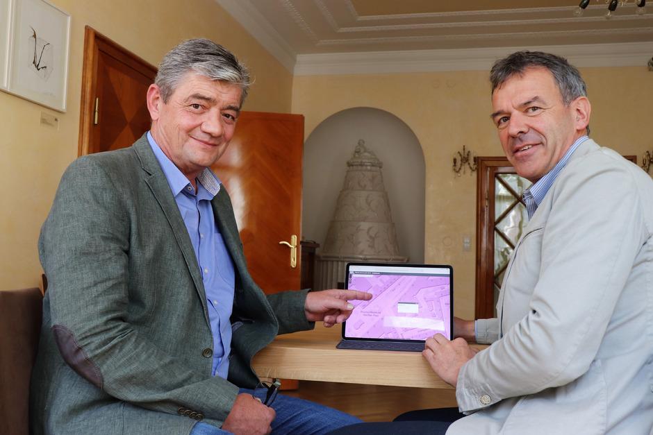 Ekkehard Ranninger (li.) präsentiert mit Bürgermeister Georg Willi die Webapplikation mit der neuen interaktiven Karte zu den Wahlsprengeln.