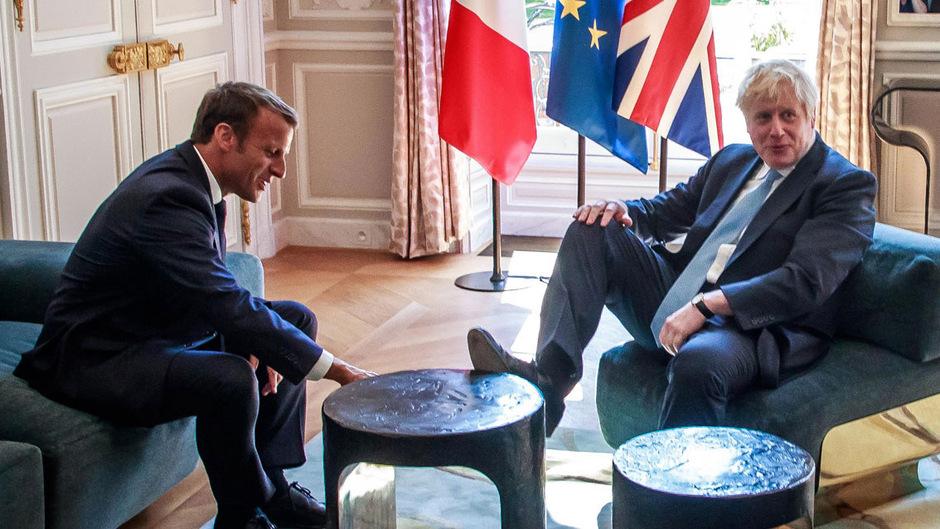 Als Johnson bemerkte, dass er fotografiert wurde, nahm er offenbar den Fuß gleich wieder vom Tisch.