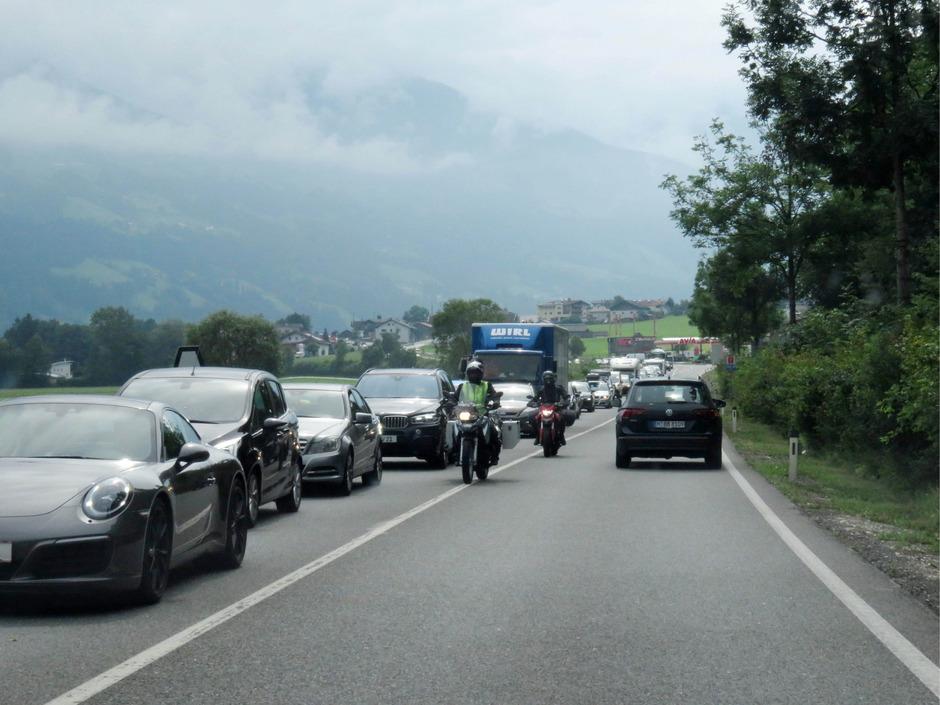 Blockabfertigung vor dem Brettfalltunnel im Zillertal am Samstag.