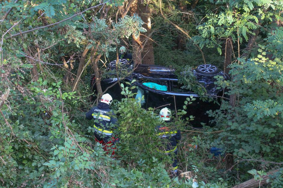 Etwa 10 bis 15 Meter unterhalb der Straße blieb das Auto liegen.