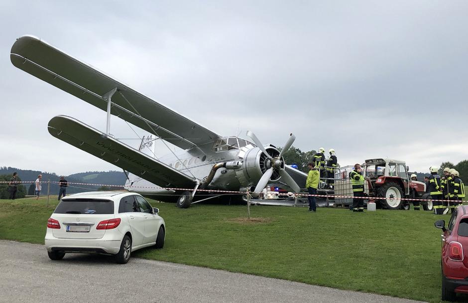 Bei der Landung ist ein Fahrwerk des einmotorigen Doppeldeckers abgebrochen.