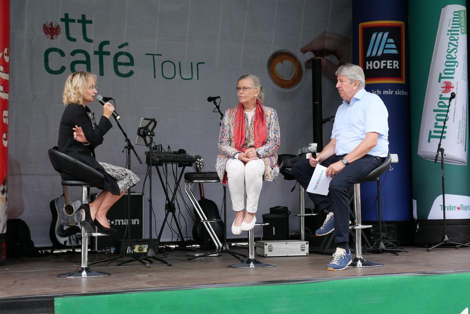 Beim TT-Café in Lienz wurde viel geboten: Chefredakteur Mario Zenhäusern sprach u.a. mit BM Elisabeth Blanik und Altbürgermeisterin Helga Machne.