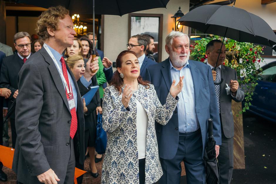 Regentropfen zum Empfang in Alpbach: Österreichs UNO-Botschafter Jan Kickert (l.) und Forums-Präsident Franz Fischler mit der Präsidentin der UNO-Generalversammlung, Maria Fernanda Espinosa Garces.