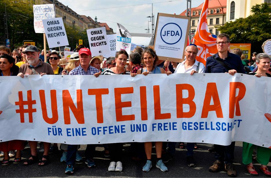 """Zu dem Bündnis """"Unteilbar"""" gehören Gewerkschaften und Sozialverbände sowie antirassistische und antifaschistische Gruppen."""