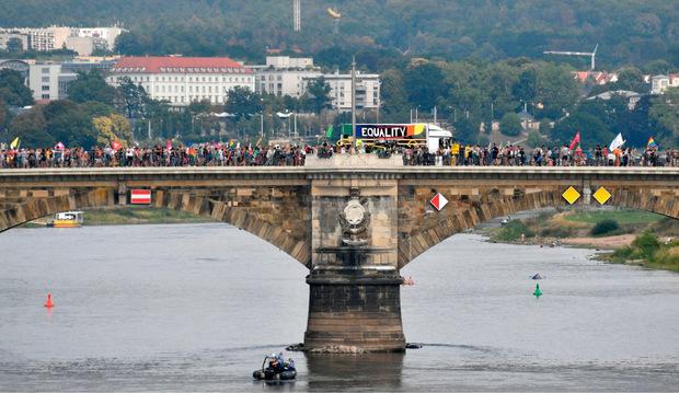 Ein kilometerlanger Zug von Menschen zog durch die Elbestadt.