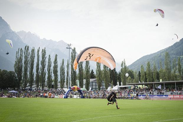 Landeanflug im Dolomitenstadion – von hier aus übernehmen die Mountainbiker.