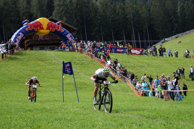Mit dem Mountainbike über die Skipiste und den Gegner im Nacken – es könnte nicht spannender sein.