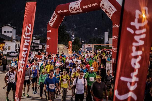 Start zum Karwendelmarsch in Scharnitz. Bis zum Ziel in Pertisau warten 52 atemberaubende Kilometer.