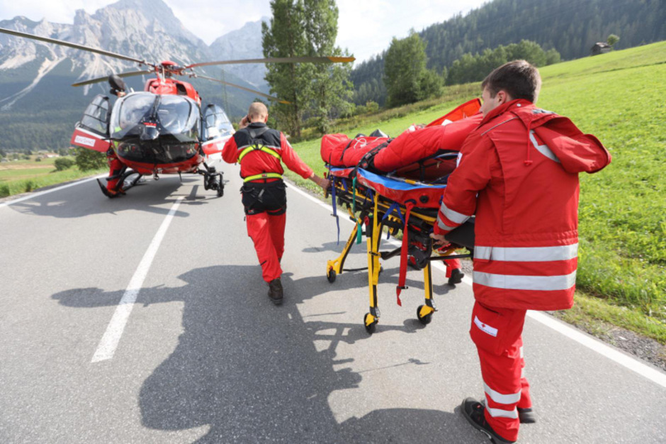 Nach der Erstversorgung durch den Notarzt wurde der 29-Jährige mit dem Hubschrauber in das Krankenhaus Reutte geflogen.