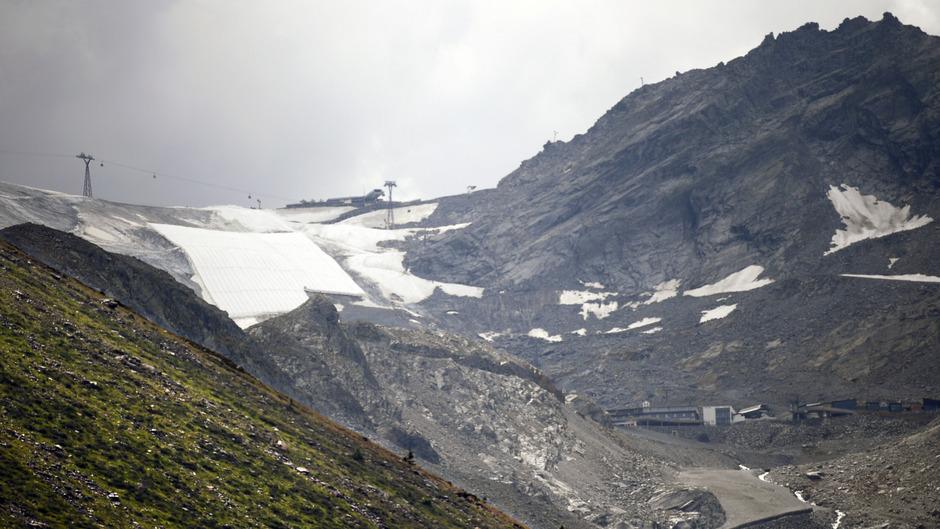 Alle Tiroler Gletscherskigebiete versuchen, die Schneeschmelze möglichst hintanzuhalten. Dabei setzen die Bergbahnen neben dem Abdecken von Schneeflächen vermehrt auf Schneedepots - dem sogenannten Snowfarming. Im Bild der Rettenbachferner.