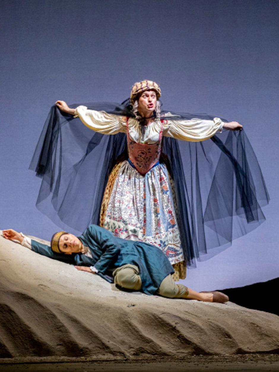 Die alte Dirce (Alberto Allegrezza) ist zur Stelle, um Doris Gift (Francesca Ascioti) gegen ein Schlafmittel auszutauschen.