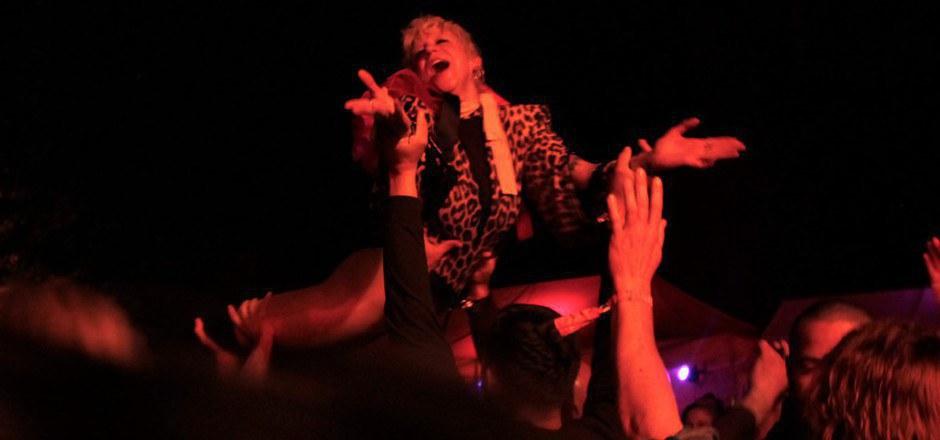Ankathie Koi lieferte ein fulminantes Konzert ab – und wurde nach einem Sprung in die Menge vom Publikum auf Händen getragen.