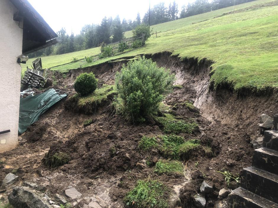 Ein abgerutschter Hang im Ortsteil Graden bei Köflach bedroht ein Wohnhaus. Das Haus musste daraufhin evakuiert werden.