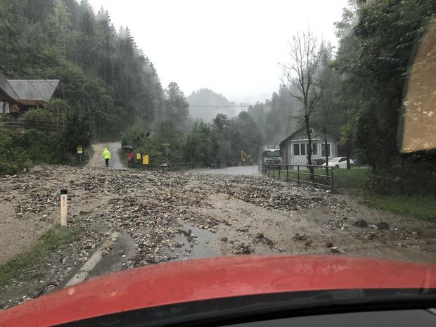 Eine überflutete und vermurte Straße im Bereich Voitsberg/Köflach.