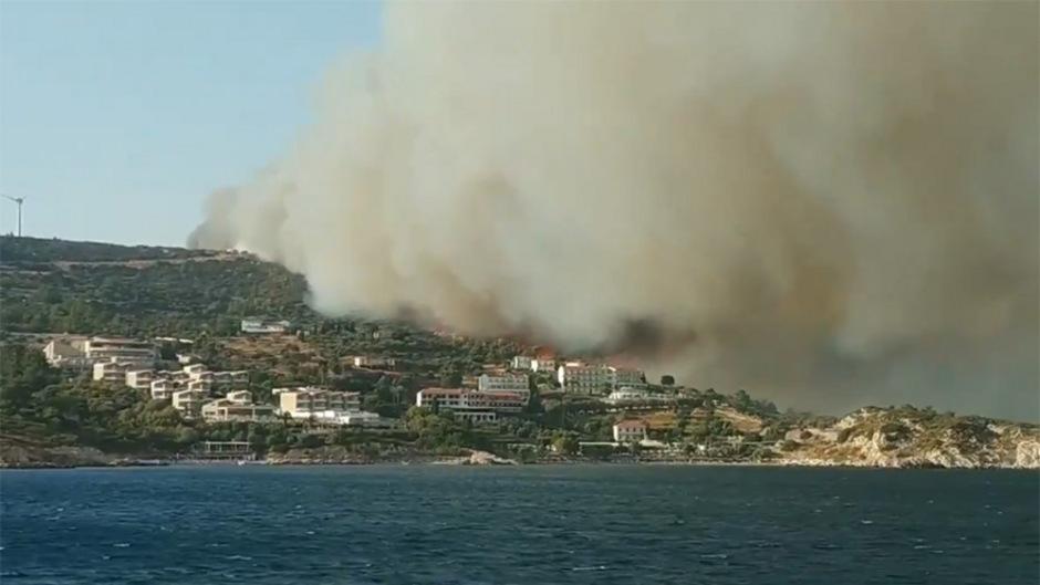 Rauch über Hotelanlagen auf Samos. (Symbolfoto)