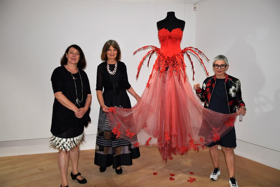 Museumsleiterin Silvia Ebner, Schneidermeisterin Marianna Oberdorfer und Volkskundlerin Elsbeth Wallnöfer (v.l.) mit dem roten Seidenkleid.
