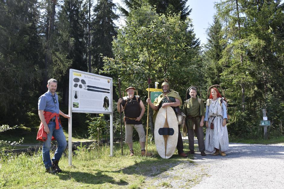 """Christoph Tschaikner begleitete die vier """"Kelten"""" ein Stück des Weges auf der Via Claudia."""