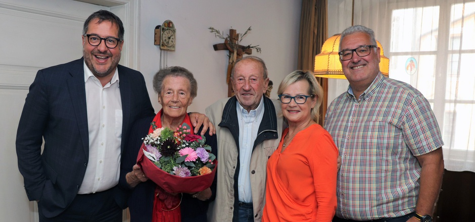Vizebürgermeister Franz X. Gruber (l.), die Tochter des Ehepaares, Sigrid Volk (2.v.r.), und ihr Mann Klaus (r.) ließen Adele und Helmuth Amann anlässlich ihrer 65 Ehejahre hochleben.