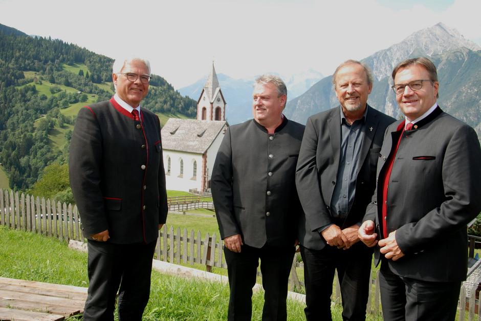 BM Siggi Geiger, Pfarrkirchenrat Günter Krismer, Pfarrer Herbert Traxl und LH Günther Platter (v.l.) freuten sich über die gelungene Sanierung.