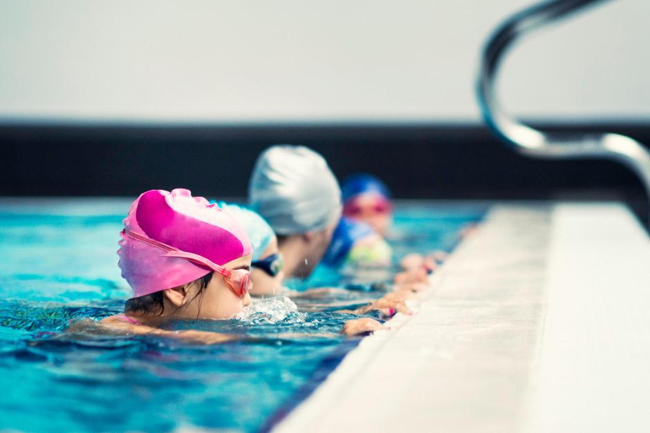 Der Skikurs ist für Tiroler Schüler schon fast selbstverständlich. Das will man mit einem Schwimmkurs am Achensee nun auch schaffen.