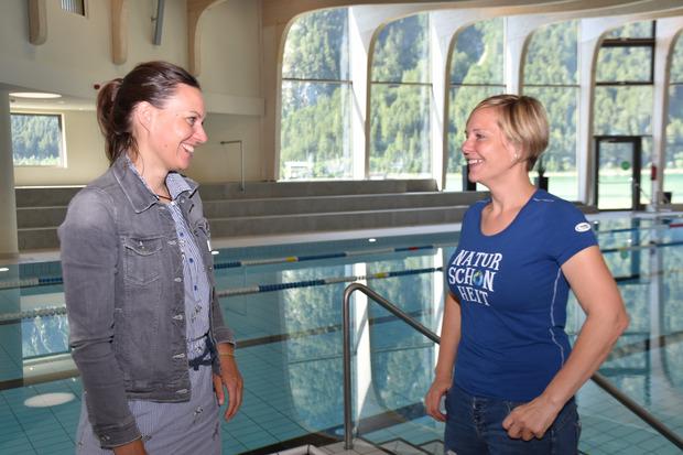 GR Katrin Rieser (r.) und Atoll-Betriebsleiterin Anna Schwaninger freuen sich schon auf die nächsten Schwimmkursteilnehmer im Atoll.