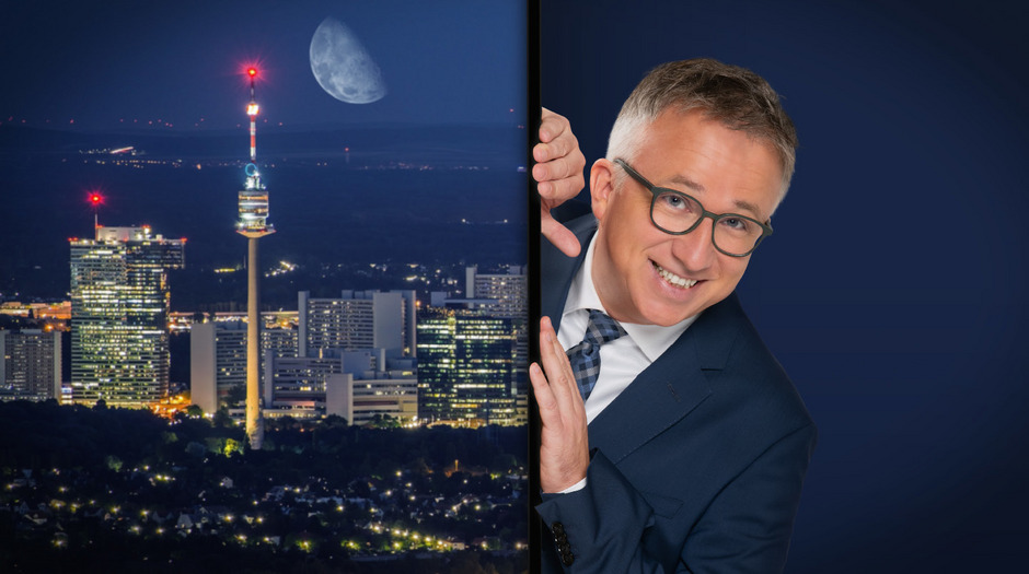 """Peter Klien, der """"Reporter ohne Grenzen"""", ist erwachsen geworden und bezieht sein eigenes Studio in ORF1. Vom Schreibtisch aus nimmt er in """"Gute Nacht, Österreich"""" die politische Lage Österreichs unter die Lupe - und es wird kein Auge zugedrückt."""