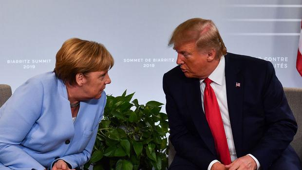 US-Präsident Donald Trump im Gespräch mit Deutschlands Kanzlerin Angela Merkel.