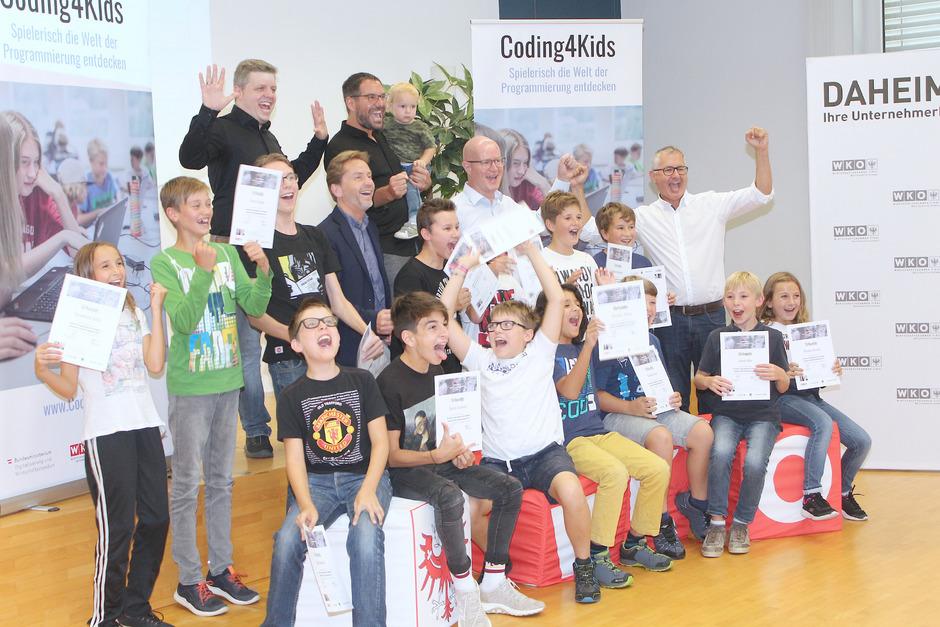Die Kurskinder mit Trainer Manuel Haigermoser, VBM Martin Wex, Matthias Lechner und Projektleiter Mario Eckmaier (beide Fa. Factor) sowie WK-Leiter Stefan Bletzacher (oben v.l.).