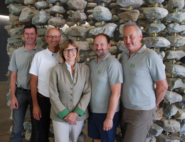 Nachhaltigkeitsministerin Maria Patek sowie Gebhard Walter (WLV), Bürgermeister Toni Mattle, Daniel Kurz (WLV) und Ministerialrat Florian Rudolf-Miklau (v.l.) zogen Bilanz zu den Baumaßnahmen in Galtür.