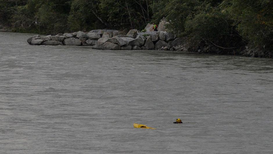 Der Sportler schwamm schließlich ohne Kajak ans Ufer.