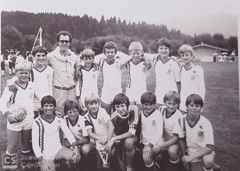 Die Schülermannschaft von 1981 mit Franz Beckenbauer.