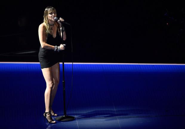 """Miley Cyrus stellte ihre neue Single """"Slide Away"""" vor."""