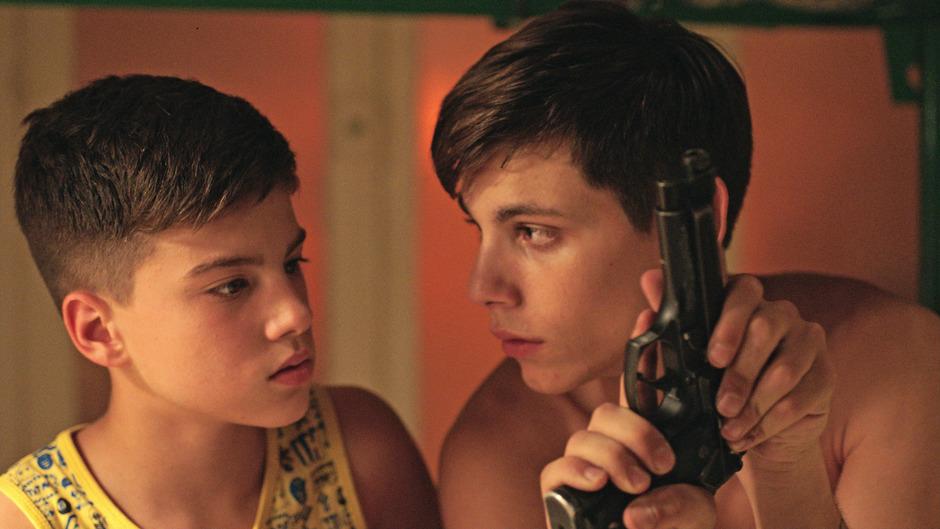Aus einem Spiel für Kinder wird tödlicher Ernst: Nicola (Francesco Di Napoli) und sein kleiner Bruder auf der Suche nach Respekt.