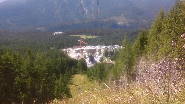 Ein Blick von der Höhe auf die Baustelle an der Talstation.
