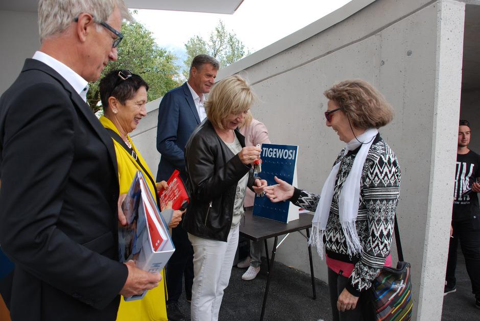 BM Alois Oberer, GV Elisabeth Schuster, Tigewosi-GF Franz Mariacher und LR Beate Palfrader (v.l.) übergaben die Schlüssel an die Mieter.