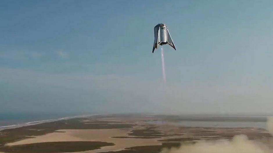 """Die Schwerlastrakete """"Starhopper"""" des US-Raumfahrtunternehmens SpaceX startet auf einem Gelände in Boca Chica."""