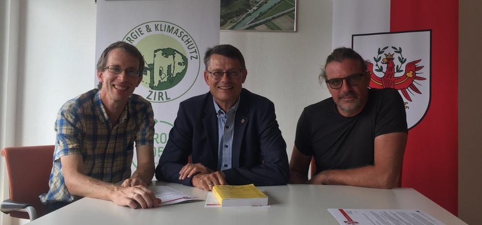 Drei politische Fraktionen, ein Ziel: GV Josef Gspan, BM Thomas Öfner, GR Alfred Stecher (v.l.) wollen leistbaren Wohnraum in Zirl schaffen und dazu die Instrumentarien der Vertragsraumordnung ausnützen.