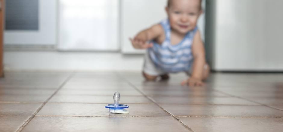 Viele Kinder sind ganz heiß auf ihren Schnuller. Doch als Eltern tut man gut daran, ihn nur gezielt einzusetzen.