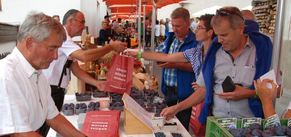 Beim Bauernmarkt steht die Stanzer Zwetschke im Mittelpunkt. Die Stände sind aber auch mit anderen regionalen Produkten bestückt.